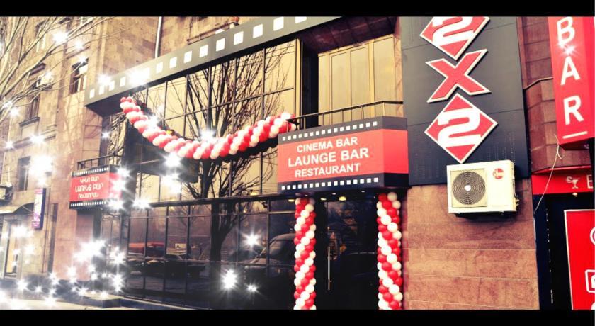 2x2 Cinema-Bar Hotel